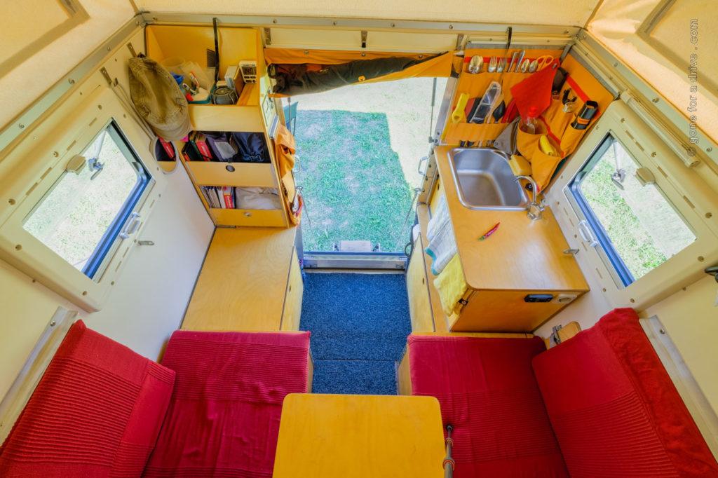 Ortec Minicamp Wohnkabine Innenausbau: Blick vom Bett in Richtung Eingang.