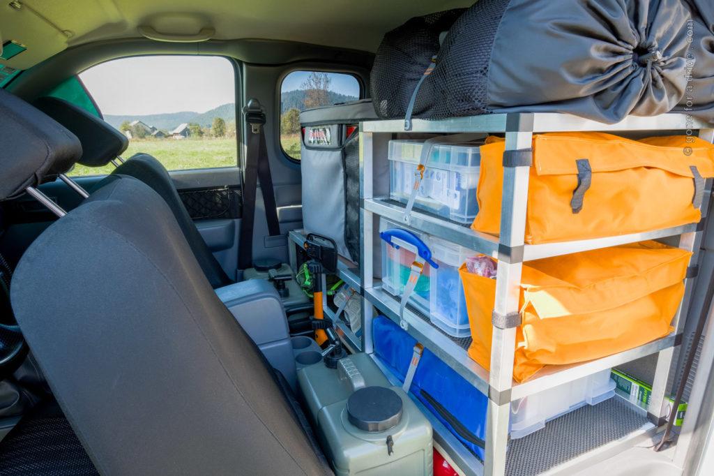 Ford Ranger Allrad Camper Extra Cab. Regal aus Alusteck für die Rückbank. Blick von der Fahrerseite.
