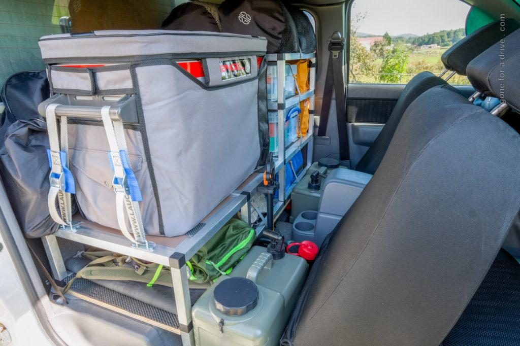 Ford Ranger Allrad Camper Extra Cab. Regal aus Alusteck für die Rückbank. Blick von der Beifahrerseite.