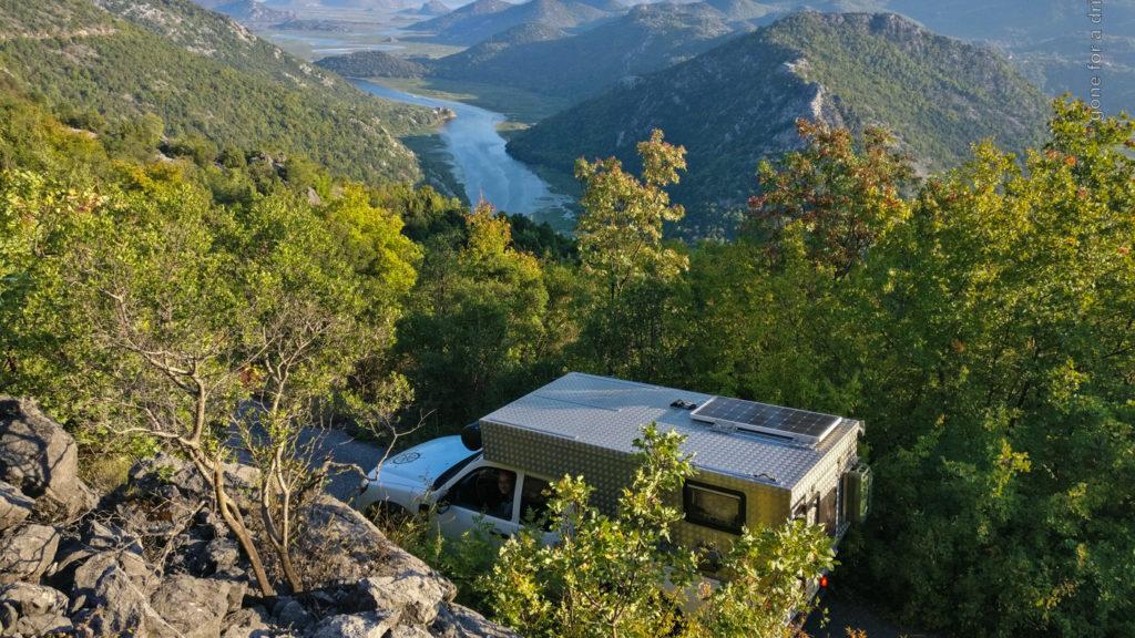 Blick von oben auf den Crnojevica Fluss in Montenegro.