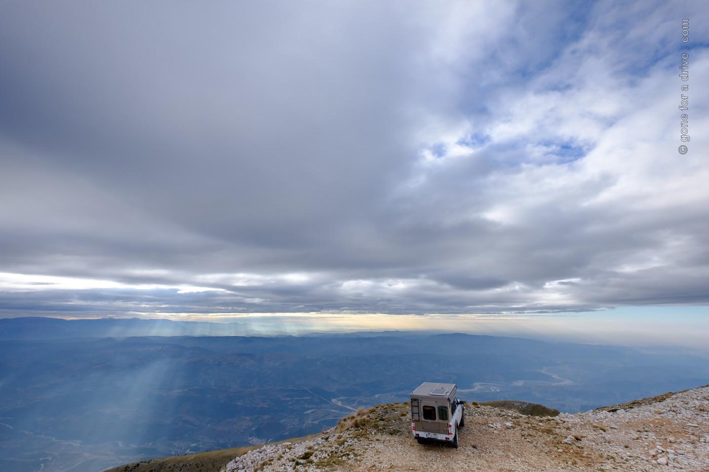 Allrad Camper auf dem Gipfel des Mount Tomorr, Albanien, mit Blick ins Tal.