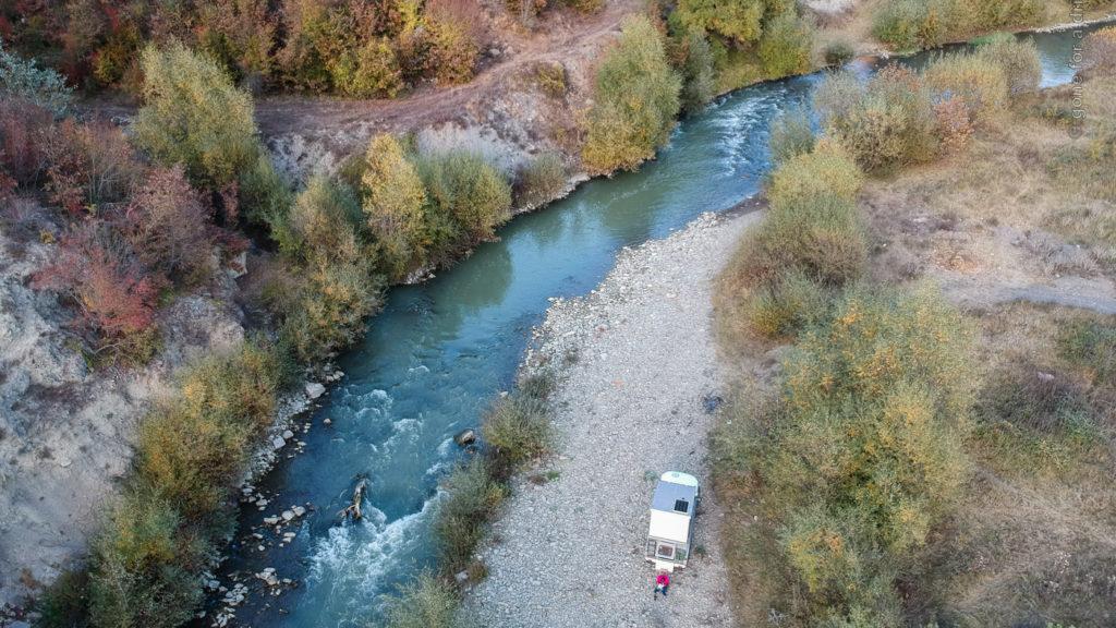 Wild campen: Fahrzeug auf Kiesbank am Rand eines Flusses in der Devoll-Schlucht, Albanien