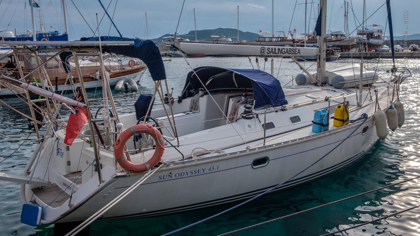 """Segelboot """"A B Sea"""" im Stadthafen von Kaş."""