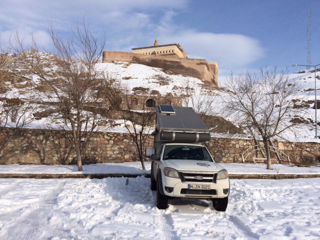 Pickup Campervan unterhalb des Ishak Pasha Palastes in Dogubeyazit, Türkei.