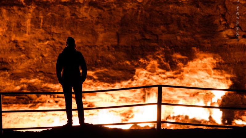 Silhouette vor dem Derweze Gas Krater, Tor zur Hölle, Turkmenistan