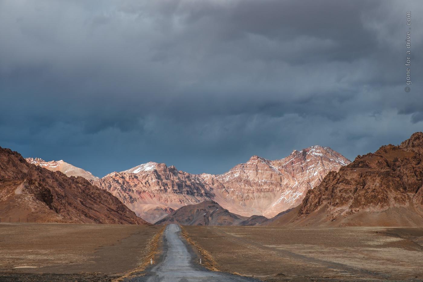 Streckenabschnitt des Pamir Highway, Tadschikistan, kurz hinter Murghab.