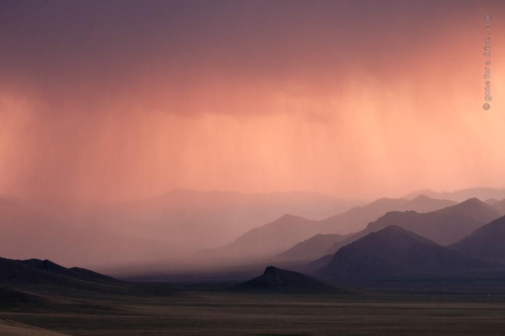 Regenwolken über mongolischer Berglandschaft
