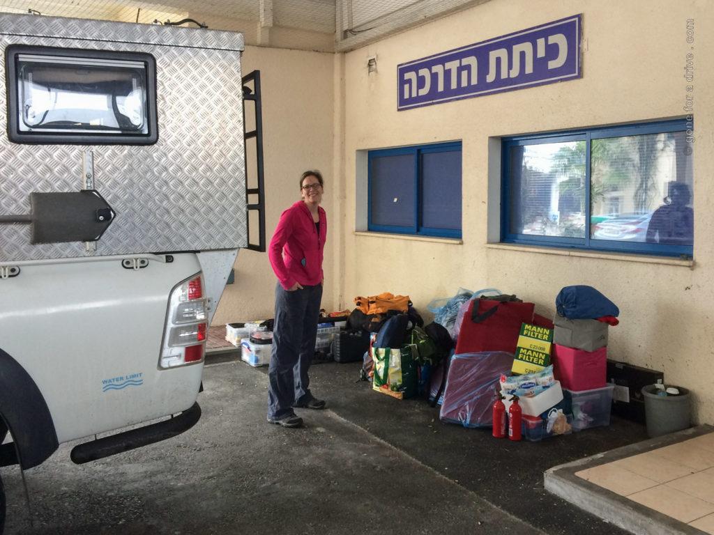 Fahrzeugkontrolle im Hafen von Haifa, Israel