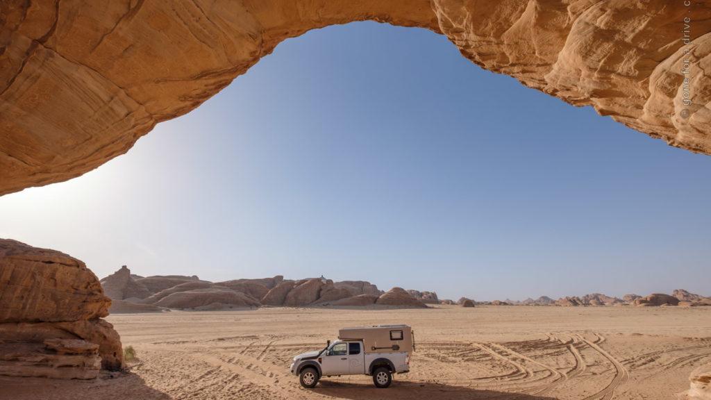 Allrad Camper am Rainbow Rock Felsbogen bei Al-Ula, Saudi-Arabien