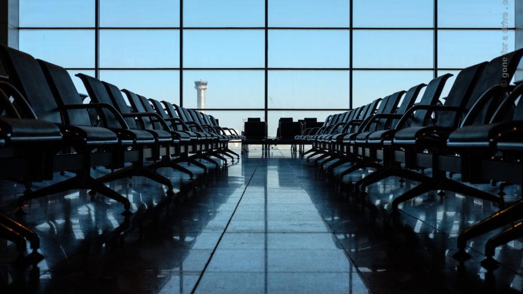 COVID-19: Leere Flughafen Abflughalle in Jeddah, Saudi-Arabien