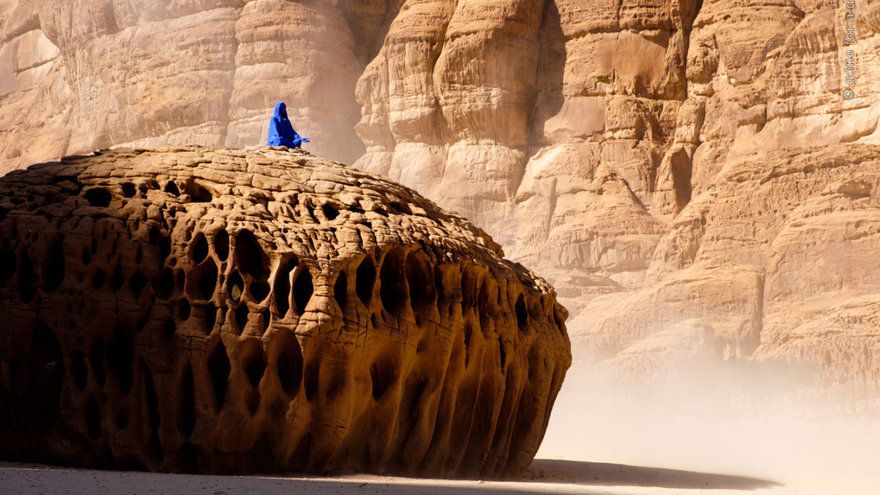 Al Ula, Desert X, Najma: She Placed One Thousand Suns on the Transparent Overlays of Space von Lita Albuquerque