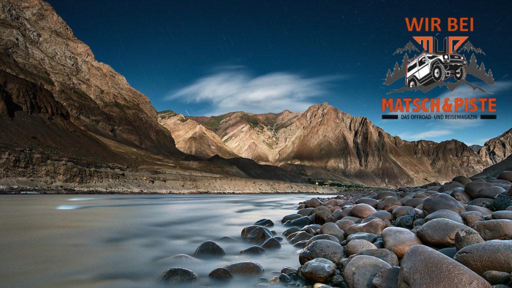 Pamir Highway: Blick über den Grenzfluss Pandsch nach Afghanistan in einer Vollmondnacht.
