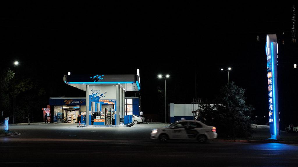 Dieselqualität Seidenstraße: Moderne Gazprom Tankstelle in Bischkek.